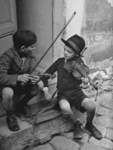 william-vandivert-gypsy-children-playing-violin-in-street