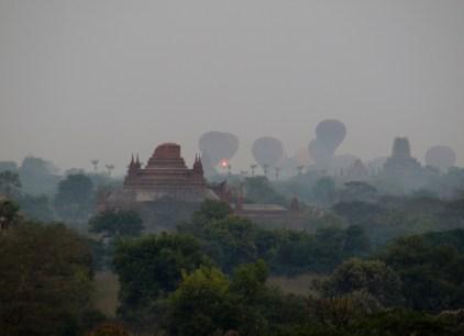 Bagan, le décollage des montgolfières pour le lever du soleil