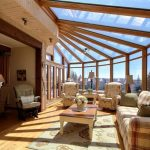 wintergarten-holz-selber-bauen-tipps-landhausstil-sitzmoebel-polster-teppich-glasdach-ausblick