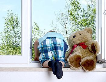Schützen Sie Ihr Kind vor einem Fenstersturz, ganz gleich ob im Neubau oder nachträglich, wir beraten Sie gern!