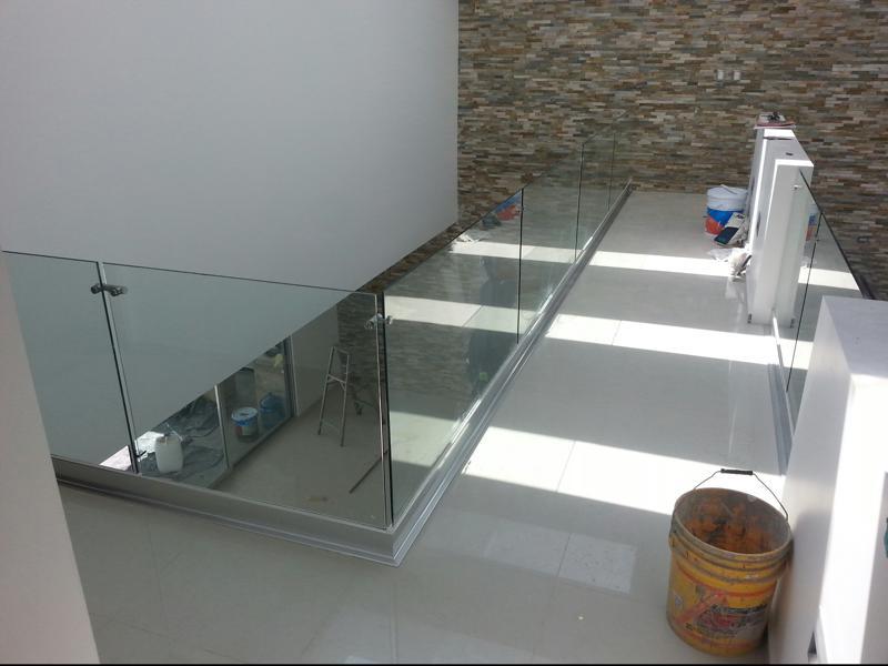 barandales de cristal templado sistema de vidrio adosado sobre ranura con herrajes en acero inoxidable con pasamanos y sin pasamanos