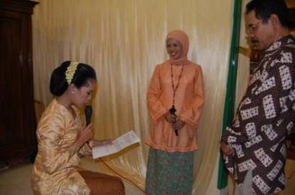 Maka calon pengantin wanita akan menyatakan ikhlas menyerahkan sepenuhnya kepada orangtua