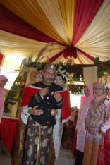 Maksudnya kedua orangtua memberikan 'panjurung donga pangestu' kepada kedua anaknya.
