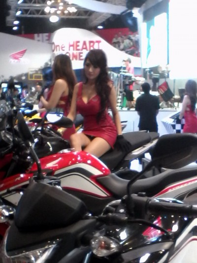 wpid-1414696852-sexy-on-booth-honda.jpg