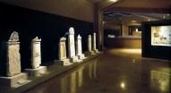 Επιτύμβιες στήλες και ευρήματα από τάφους απλών Μακεδόνων, που μετά το θάνατό τους έγιναν γείτονες του βασιλιά