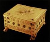 Φτιαγμένη ολόκληρη από παχιά ελάσματα χρυσού 24 καρατίων που το συνολικό τους βάρος φτάνει σχεδόν τα 8 κιλά, η λάρνακα, στην οποία είχαν αποτεθεί τα οστά του νεκρού βασιλιά, είναι ένα από τα πολυτιμότερα αντικείμενα του αρχαίου κόσμου που έφτασαν ως εμάς. Το μετάλλινο κιβώτιο που αντιγράφει με μεγάλη πιστότητα τα ξύλινα πρότυπά του είναι μια κατασκευή αρκετά απλή και συγχρόνως ιδιαίτερα ευρηματική και λειτουργική. Όπως μαρτυρούν διάφορα τεχνικά στοιχεία δεν έγινε για να τοποθετηθεί στο τάφο και να κλείσει άπαξ δια παντός, αλλά βρισκόταν σε χρήση, και όντας έργο ενός σπουδαίου χρυσοχόου αποτελούσε ένα ιδιαίτερα πολύτιμο σκεύος του βασιλικού θησαυροφυλακίου μέσα στο οποίο φυλάγονταν αντικείμενα εξίσου ή ακόμα περισσότερο πολύτιμα από αυτήν. Η μεγάλη λάρνακα είναι πλούσια διακοσμημένη με φυτικά κοσμήματα και με λουλούδια τα πέταλα των οποίων γεμίζουν με γαλάζιο γυαλί, που ποικίλλουν ευχάριστα τη μονοχρωμία της χρυσής επιφάνειας, ενώ στο καπάκι της αναπτύσσεται ένα μεγάλο δεκαεξάκτινο αστέρι. Το χρυσό αστέρι που εμφανίζεται στην βασιλική νεκρόπολη των Αιγών ήδη από τον 5ο π.Χ. αιώνα, όντας ένα απλό διακοσμητικό μοτίβο στην αρχή, θα φτάσει να πάρει αξία συμβολική και μεταφορική, ώσπου να γίνει στο τέλος ο ήλιος-θυρεός των Μακεδόνων βασιλέων. Η χρήση μιας λάρνακας σαν τεφροδόχου είναι μια πρακτική αρκετά συνηθισμένη, ωστόσο τίποτε δεν μπορεί να συγκριθεί με τη λάρνακα αυτή που δέχτηκε τα καμένα οστά του Φιλίππου Β', εκτός ίσως από τη μυθική εκείνη λάρνακα του Έκτορα που τραγούδησε ο Όμηρος: «μάζεψαν τα άσπρα κόκκαλα και τα βάλανε σε λάρνακα χρυσή σκεπάζοντάς τα με μαλακά πέπλα πορφυρά…» (Ιλιάδα Ω 788 κ.ε.)