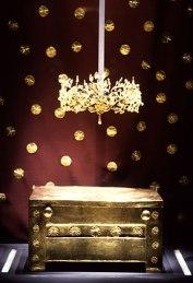 Η χρυσή λάρνακα που λίγο υπολείπεται σε μέγεθος από εκείνη του Φιλίππου περιείχε το χρυσό διάδημα και τα καμένα οστά μιας νεαρής γυναίκας 22-23 χρονών, προφανώς συζύγου του νεκρού βασιλιά. Αφού, όπως δείχνει η μελέτη της κατασκευής του τάφου, ο προθάλαμος ολοκληρώθηκε μαζί με το θάλαμο και αφού το μνημείο έκλεισε και δεν ξανάνοιξε ποτέ, είναι προφανές ότι και οι δύο νεκροί θάφτηκαν μαζί. Αυτό αποκλείει την ταύτιση της νεκρής του προθαλάμου με την τελευταία σύζυγο του Φιλίππου Β' την ανιψιά του Αττάλου, την Κλεοπάτρα, που θα πρέπει να σκοτώθηκε κάπως αργότερα, μετά την εκτέλεση του ισχυρού συγγενή της.