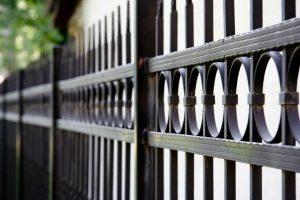 clôture moderne en fer forgé