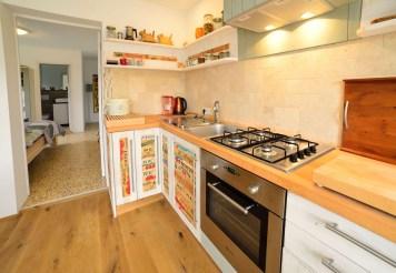 Küchenzeile mit Durchblick