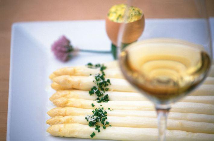 Terlaner Spargel mit Bozner Sauce und Kartoffeln ©IDM Südtirol, Frieder Blickle