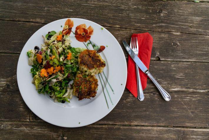 Knoedl mit Salat auf der Fillfussalm Leutasch © Olympiaregion Seefeld