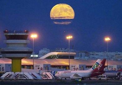Faro Flughafen nachts