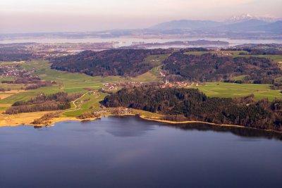 Blick über den Simssee auf den Chiemsee