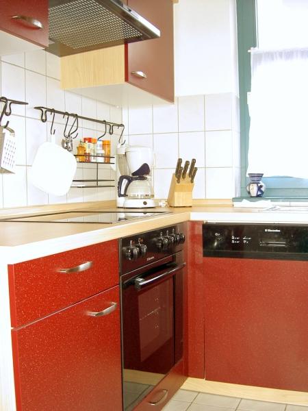 Küche der Ferienwohnung mit Geschirrspüler