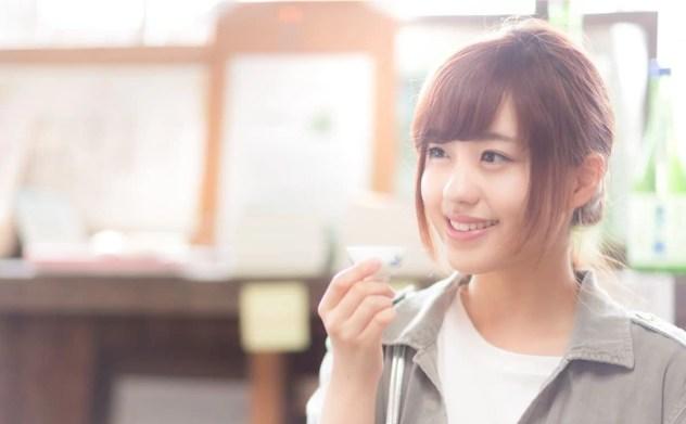 純米酒を飲んで微笑む女性