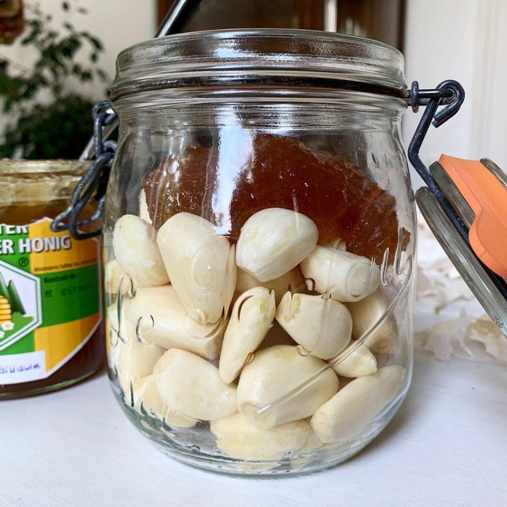 Knoblauchzehen und Honig fermentieren