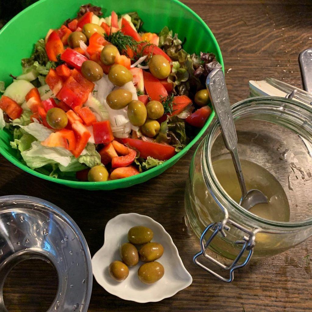 Salat mit selbst fermentierten Oliven