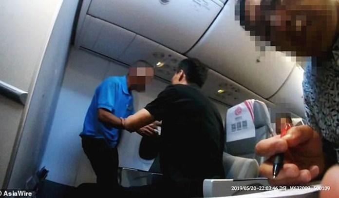 Resultado de imagen para VIDEO: Un pasajero trata de abrir la puerta de un avión momentos antes de aterrizar