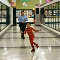 Niño y abuelo se vuelven virales bailando en un supermercado