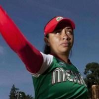 Stefanía Aradillas muestra sus uniformes de softbol