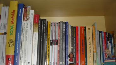 Ergui e olhei minha prateleira de livros de comunicação, arte, filosofia e teóricos (além da Mafalda que está aàporque é grande). O laranja do Nietzsche saltou aosolhos!