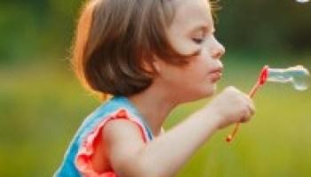 nina-cinco-anos-caucasico-nino-soplando-pompas-jabon-al-aire-libre-al-atardecer_136403-2430 (2)