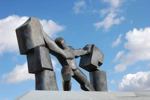 """Sansón derrumbando las columnas"", escultura de Einat Tzilker, en Ashdod, Israel."