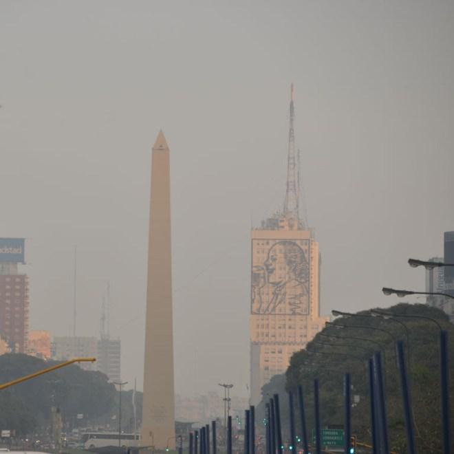 Buenos Aires und seine Viertel: Im Vorbeihuschen auf der Avenida 9 de Julio: der Obelisk und Evita. Check.