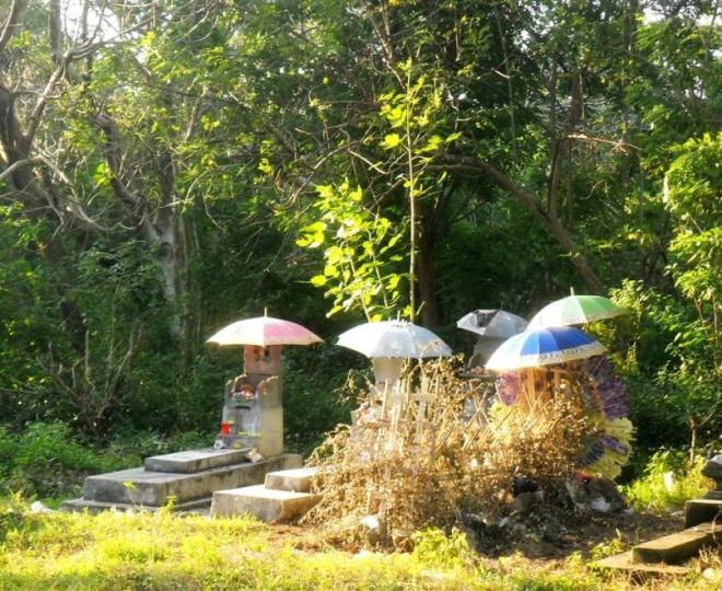 Hinduismus: Auf Nusa Lembongan findet man überall geschmückte Friedhöfe