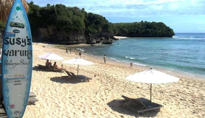 Urlaub auf Bali: Chillen, Surfen und Essen am Pantai Balangan im Süden Balis