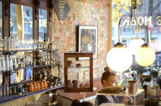Ein typisches Café in Amsterdam: Das Koffiehuis de Hoek im Jordaan Viertel