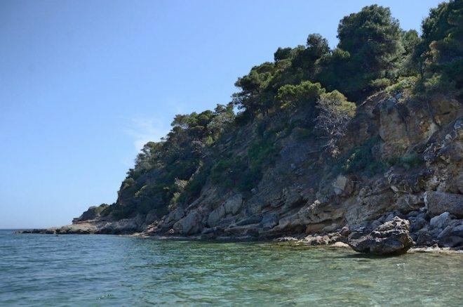 Ich liebe Steilküsten - Ausblick vom Chalikiada Strand auf Agistri bei Athen