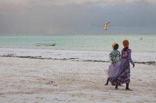 Kinder spielen am Strand von Paje auf Sansibar