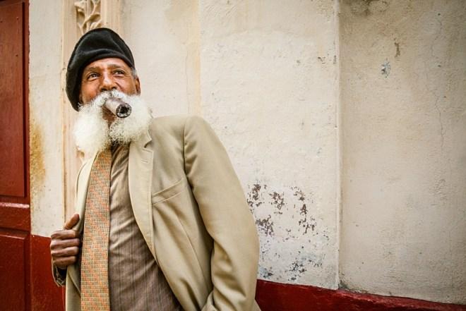 Kuba Rundreise Sehenswürdigkeiten: Havanna Highlight - Foto von Mann mit Zigarre