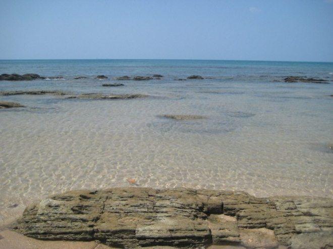 Einsamer aber steiniger Strand: Der Klong Hin