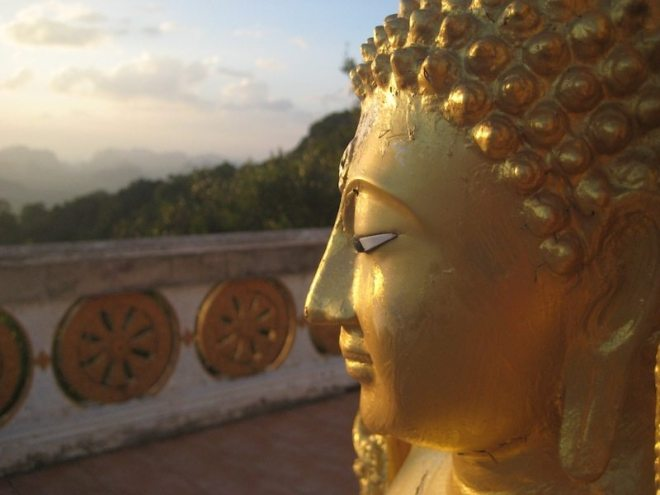 Bestes Timing - Der Tiger Cave tempel bei Sonnenuntergang