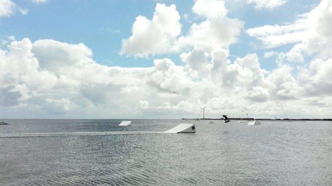 Wakeboarden uns Wasserskianlage im Kabelpark Hvide Sande