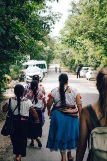frauen mit typisch mexikanische trachten auf dem weg zum strand von tulum