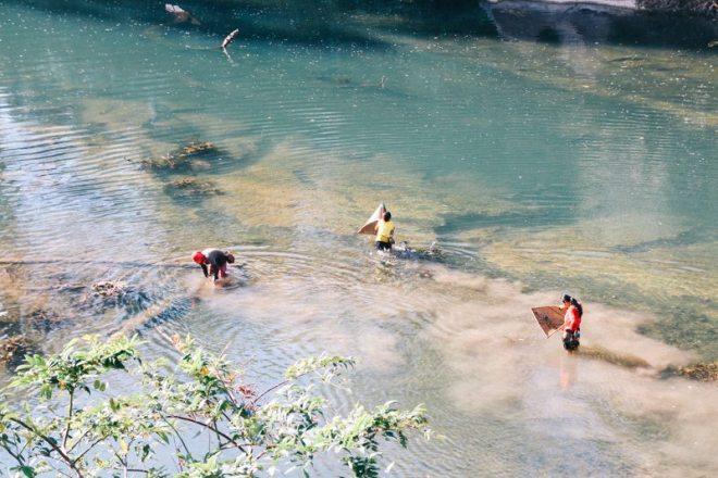 einheimischer fischen am spring river resort kong lor