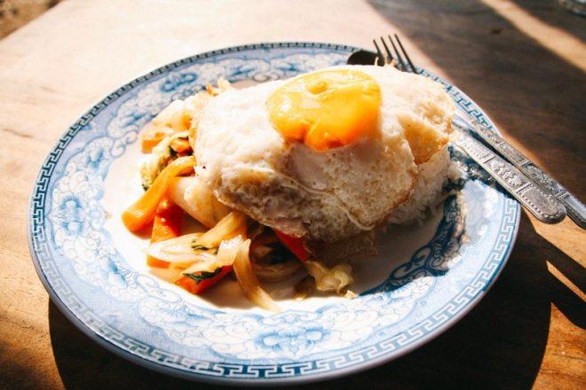 gebratenes Gemuese und Reis bei Nang auf Don Det