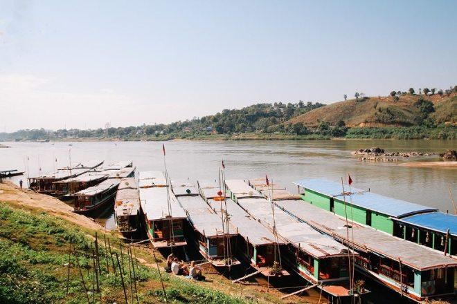Am Hafen von Houay Xai in Laos - warten auf das Slow Boat