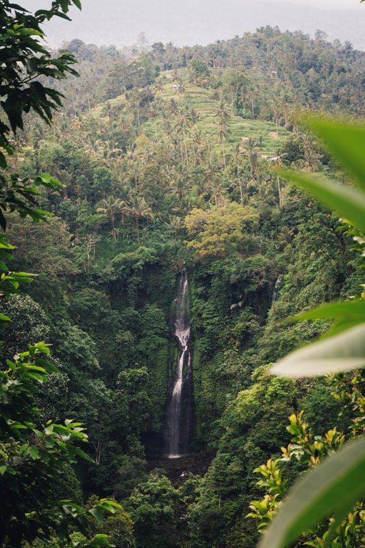 Wasserfall bei Lemukih in Nordbali ist ein Geheimtipp für eine Bali Backpacking Route