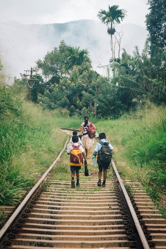 Nachhauseweg in Ella - auf den Schienen in Sri Lanka