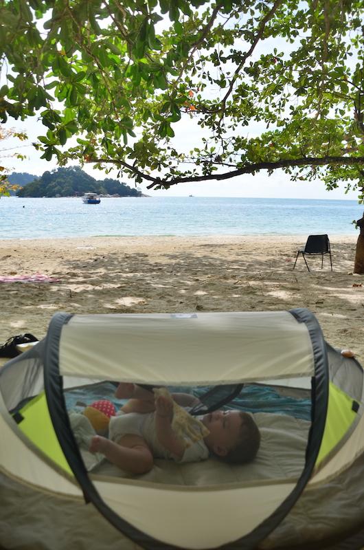 Backpacking mit Kind: Ein Baby-Reisebett von Deryan erwies sich als super praktisch