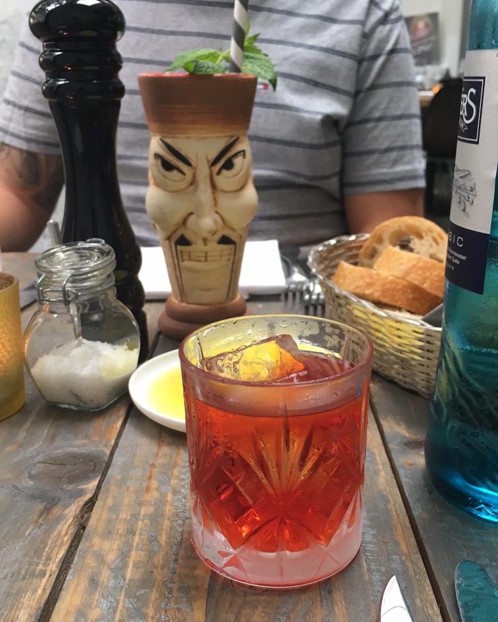 Negroni und lustiger Cocktail