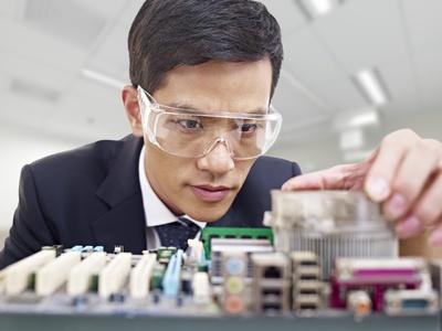 <strong>Die Elektro- und Informationstechnik befasst sich mit der Forschung und Entwicklung von Geräten und Verfahren.</strong><br/>© imtmphoto - Fotolia.com