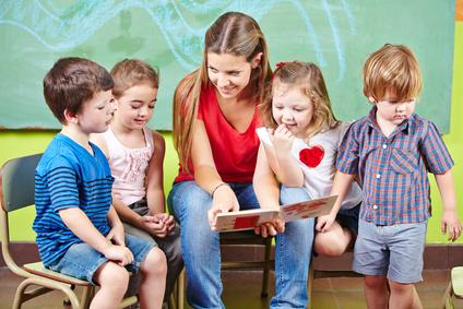 Die Tätigkeit des Kindergartenhelfers überschneidet sich oft mit der des Erziehers. © Robert Kneschke - Fotolia.com