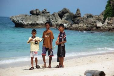 Jungs auf der Insel Pulau We vor der Küste Borneos, Indonesien.