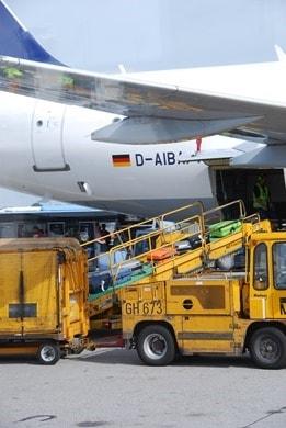 Koffer-Beladung-Flugzeug-Flughafen