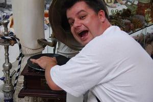 DJ Dan mixt in der Rethymnon Altstadt Kreta Griechenland